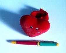 Kojenecká hračka srdíčko-náramek
